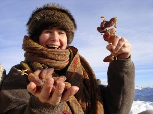 Foto von Sonja Wessel: glückliche Frau mit Datteln