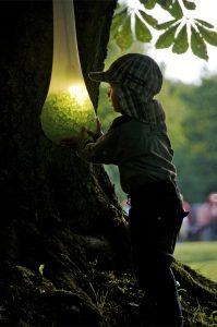 Foto von Sonja Wessel: Kind schaut in leuchtende Glassteinchen