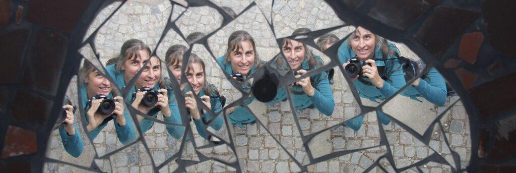 Foto von Sonja Wessel: Fotografin in spiegelnden Kacheln